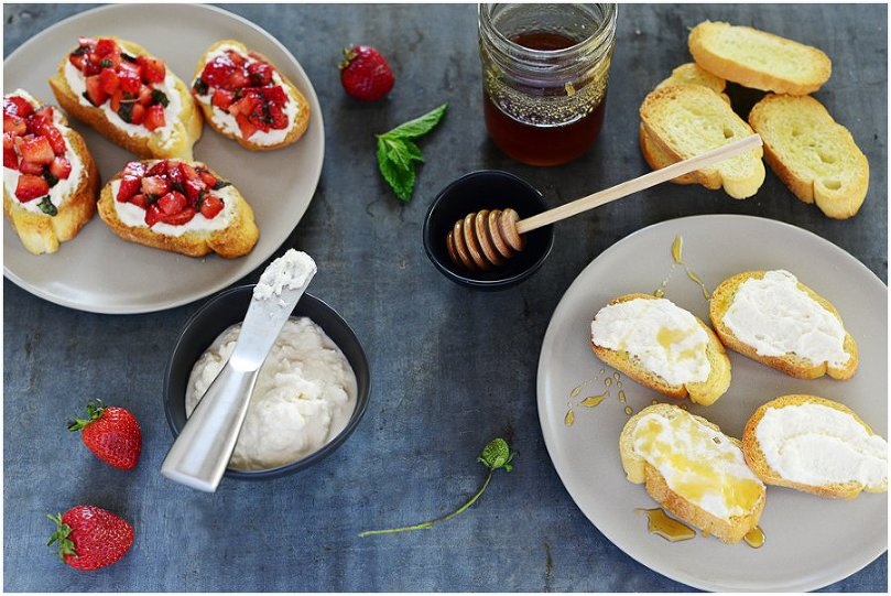 Strawberry & Ricotta Crostinis. A healthy appetizer that will please any crowd | fit, fun & delish!