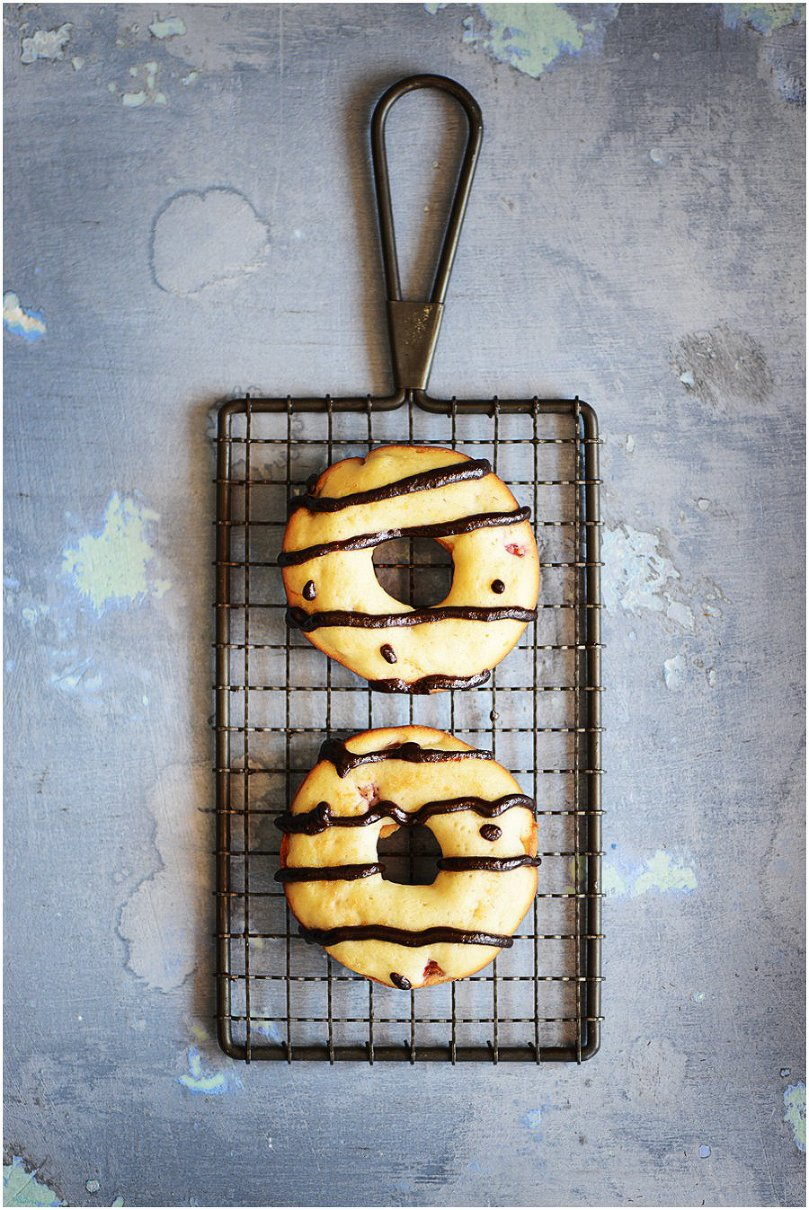 Baked Strawberry Doughnuts with Chocolate Sauce by Muy Delish