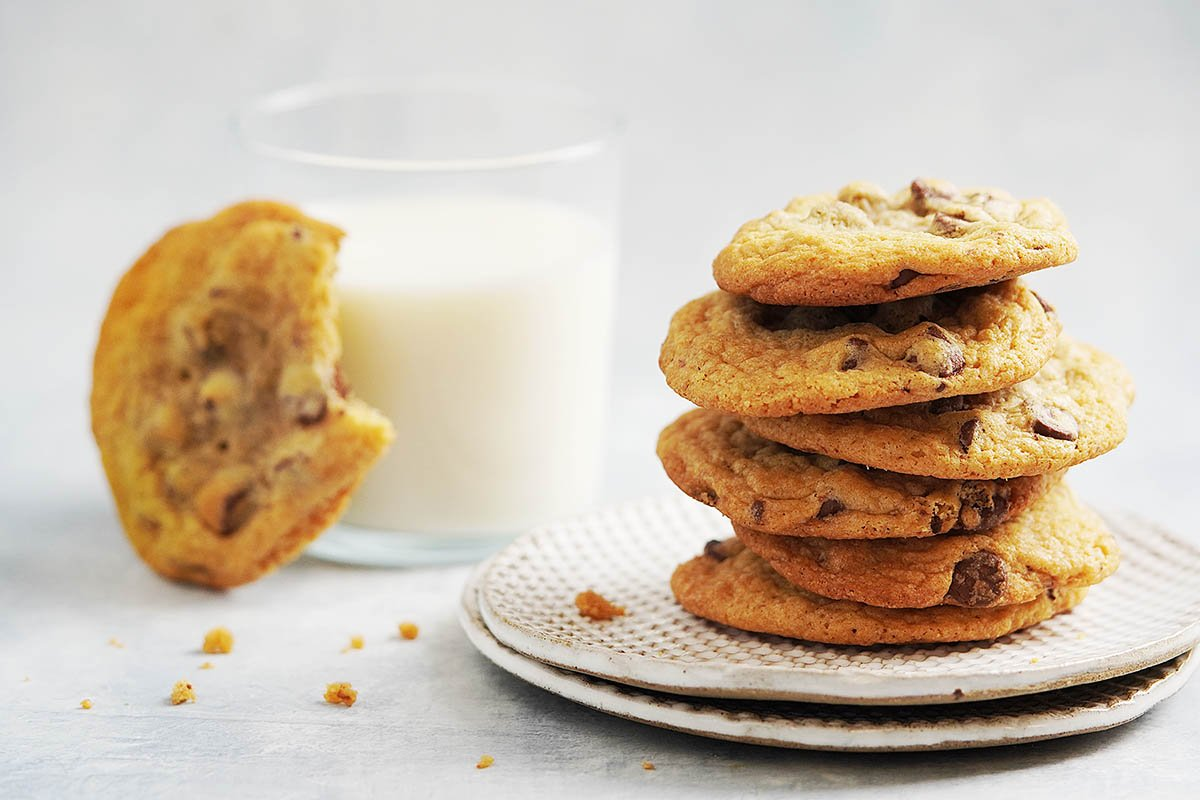 Galletas on two stacked plates and milk on the back.